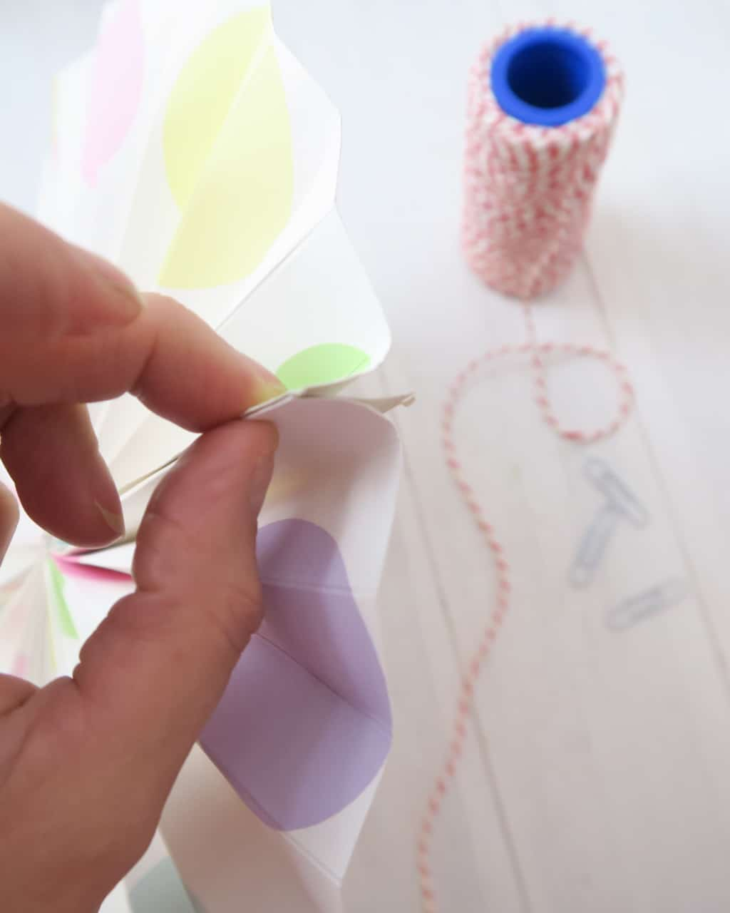 paper-circle-fan-pinching-end-to-paperclip