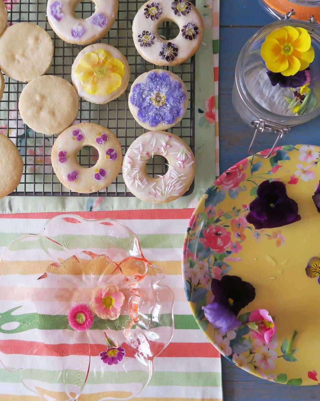 Making simple edible flower biscuits. These pressed flower cookies are so simple and easy to make — and look a million dollars!